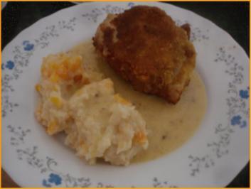 Panierte Hähnchenoberschenkel mit Sauce, Möhren-Kartoffelstampf und gemischten Salat - Rezept