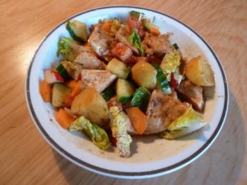 Salat mit gebratenem Ingwer-Knoblauch-Sojasoße-Hühnchen und Kartoffelstückchen - Rezept