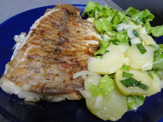 Mehlierter Seelachs, dazu Kartoffelsalat vermischt mit Pflücksalat aus - Rezept - Bild Nr. 4
