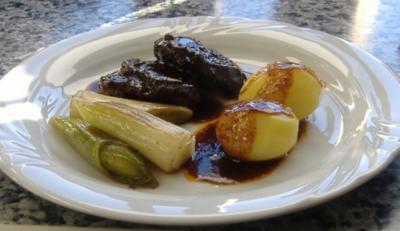Rezept: Kalbsbäckchen mit Portweinjus und Lauch