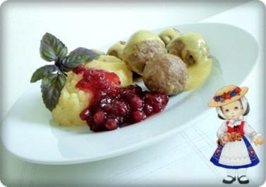 Köttbullar mit Senf-Honigsauce, Stampfkartoffeln und Preiselbeeren - Rezept