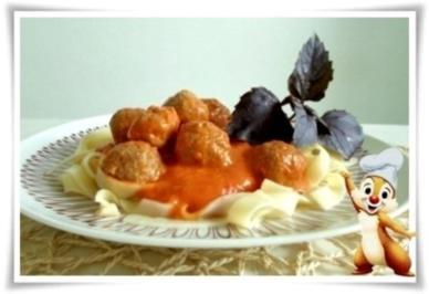 Würzige  Tomatensauce, Bandnudeln mit Köttbullar serviert - Rezept