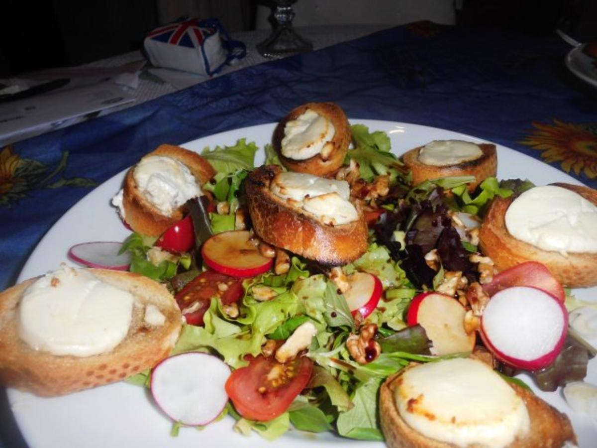 ziegenk se honig toast mit salat garniert rezept. Black Bedroom Furniture Sets. Home Design Ideas