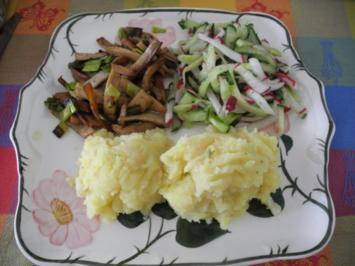 Vegan : Kartoffel-Sellerie-Stampf mit gebuttertem Lauch-Seitan an Gurken-Radieschen-Salat - Rezept