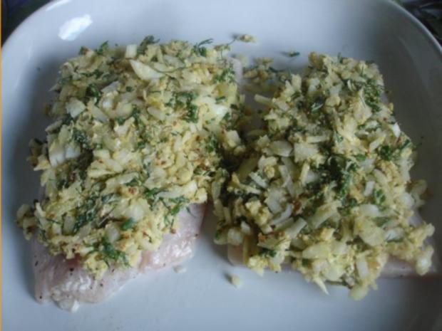 Victoriasee-Barsch-Filet mit Kräuterkruste, Rosmarinkartoffeln und gemischten Salat - Rezept - Bild Nr. 4