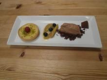 Weiße Schokoladentarte mit Schokoladeneis und Rhabarberkompott - Rezept