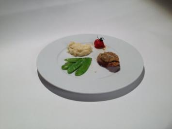 Rezept: Milchkalb aus der Lombardei mit Pesto-Parmesan-Kruste, Zuckerschotten, Selleriepüree