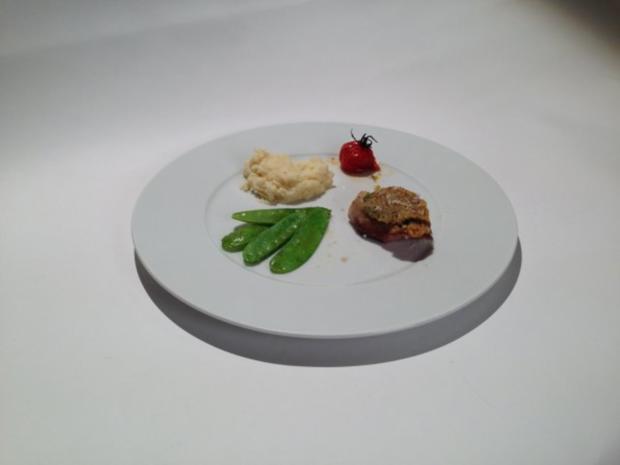 Milchkalb aus der Lombardei mit Pesto-Parmesan-Kruste, Zuckerschotten, Selleriepüree - Rezept