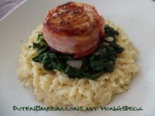 Puten-Medaillons mit Honigspeck auf Spinat und Reisnudeln - Rezept
