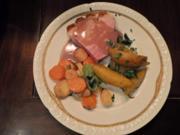 Krosser Schinken mit Kartoffeln am buttergeschwenkten Wurzelgemüse und Kresse - Rezept