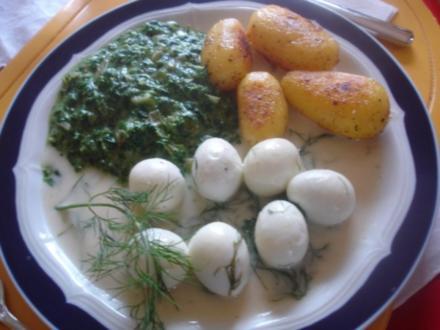 Wachteleier*) in Dillsauce mit herzhaften Rahm-Spinat und würzigen Drillingen - Rezept