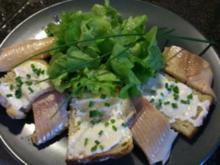 Geräuchertes Forellenfilet mit Blattsalat und Merrettich-Knusper-Brot - Rezept