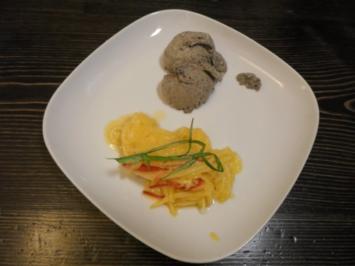 Schwarzes Sesameis auf warmem Mango-Chili-Salat - Rezept