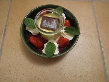 Vanillepudding mit roter Grütze, frischen Erdbeeren und Sahne - Rezept