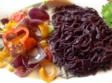 Schwarze Reisnudeln mit gebratenem Gemüse in einer Zitronengras-Kokosmilch-Sauce. - Rezept - Bild Nr. 2