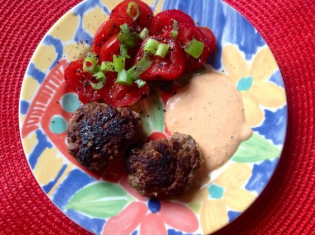 Fruchtig scharfe Bouletten mit einem Maracuja-Tomaten-Dip - Rezept