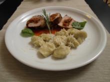 Gefülltes Schweinefilet mediterran auf  Tomatenspiegel an Kartoffel Gnocchi - Rezept