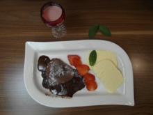 Schokoküchlein mit flüssigem Kern, Erdbeeren und Vanilleparfait & Erdbeer-Sahne-Likör - Rezept