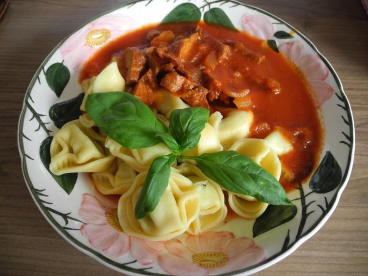 Tortellini mit süss-saurem Sojavleisch an Tomatensoße - Rezept von Forelle1962