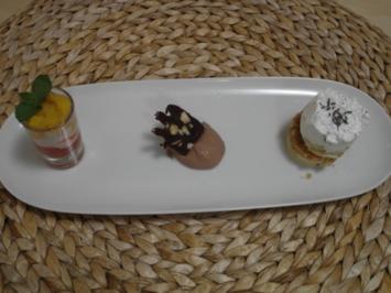 Lavendel-Kokos-Törtchen, dazu Schokoladeneis sowie süße Obstvariation - Rezept