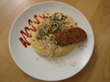 Hummus Salat – Knusprige Tempeh auf einem Sprossenbett an hausgemachtem Hummus - Rezept