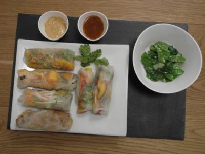 Variation von der Sommerrolle, Erdnuss- und süß-saure Chili-Sauce & Zuckerschoten-Pak Choi - Rezept