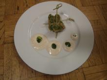Mit Bärlauch-Pesto gefüllte Pfannkuchenschnecken auf Walnussschaum - Rezept