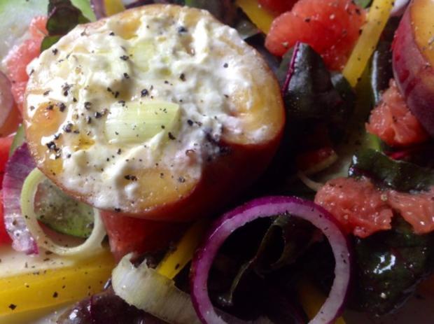 Gebackener Pfirsich auf Salat - Rezept - Bild Nr. 2