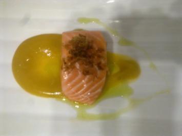 Lachs in Bronzefenchelöl mit Gel von gelber Bete und frittiertem Lauch - Rezept