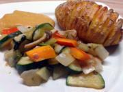 Hasselback-Kartoffeln mit Pfannengemüse und Café de Paris Sauce - Rezept