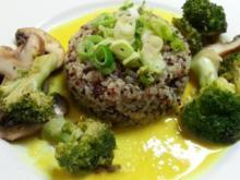 Quinoa auf Currysaucen-Spiegel mit Brokkoli und Champignons - Rezept