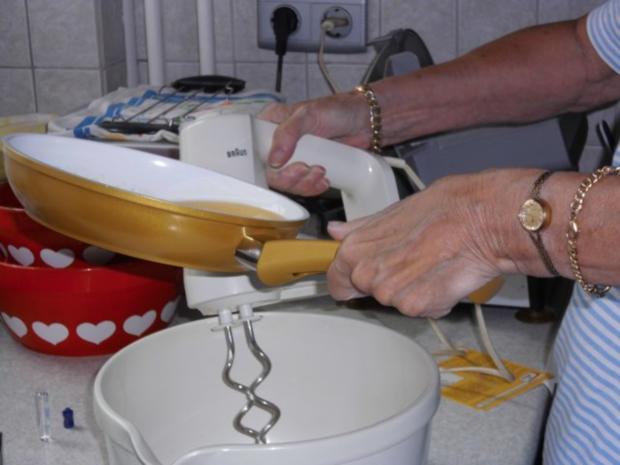 Gabi's erster Pflaumenkuchen mit Pflaumen aus Nachbar's Garten - und auch letzer Kuchen - Rezept - Bild Nr. 13