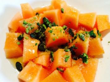 Cantaloupe Melone mit Pistazien, Honig und braunem Zucker - Rezept