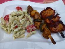 Würzig marinierte gegrillte Fleischspieße mit Nudelsalat - Rezept
