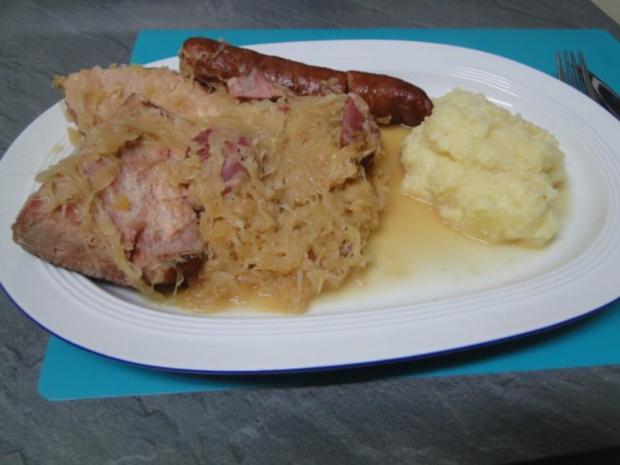 Apfel-Zwiebel-Sauerkraut mit Eisbein, ger. Rippchen und ger. Mettwürstchen und Kasseler - Rezept