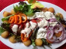 Gemischter Salat mit Pflaumen, Büffelmozzarella und einem Mandeldressing - Rezept