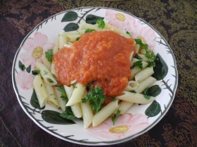 Tomatensoße mit Karottentrester an Kamut - Penne mit Leinöl und Petersilie - Rezept