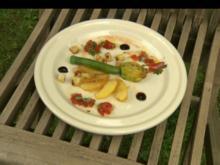 Gedämpfte Zucchiniblüte & Gänseleberfüllung auf karamellisierten Apfelscheiben & Croutons - Rezept
