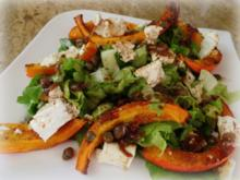 Kürbis aus dem Ofen mit Feta und Salat - Rezept