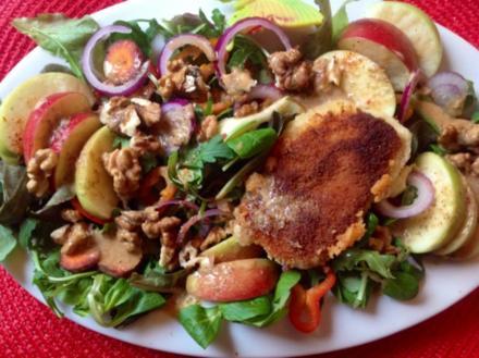 Herbstlicher Salat mit gebratenem Käse und einem Blüten-Kräuter-Honigdressing - Rezept