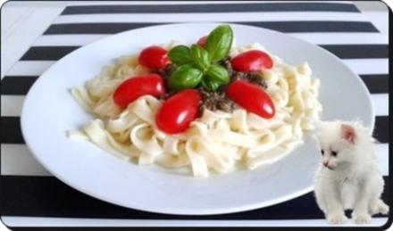 Selbstgemachtes Basilikum pesto auf Bandnudeln mit Tomaten - Rezept