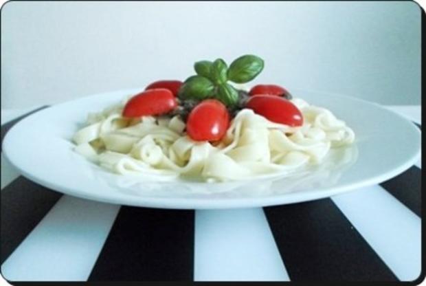 Selbstgemachtes Basilikum pesto auf Bandnudeln mit Tomaten - Rezept - Bild Nr. 3