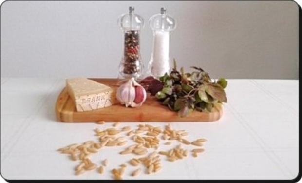 Selbstgemachtes Basilikum pesto auf Bandnudeln mit Tomaten - Rezept - Bild Nr. 5