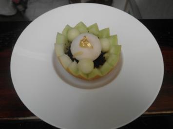 Kokos-Melonen-Süppchen in der Galia-Melone mit Passionsfruchteis - Rezept