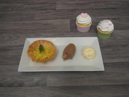 Mousse von dunkler Schokolade mit Ananas-Curry-Salat und Kokoseis - Rezept