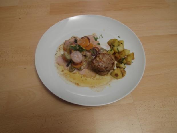 Schweinefilet auf Wurzelgemüse und Petersilienkartoffeln in brauner Butter geschwenkt - Rezept
