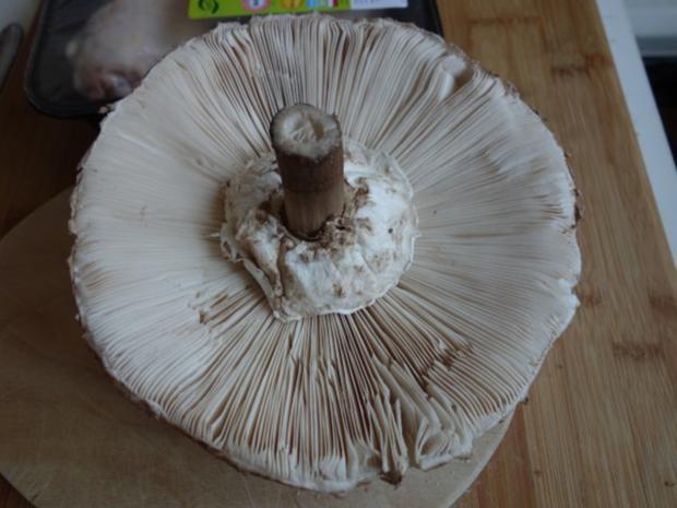 Hendlhaxn - Hühnerkeule paniert, garniert mit Parasolpilz - Rezept - Bild Nr. 2