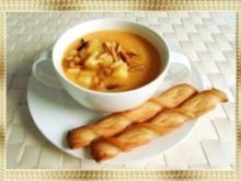 Butternut Kürbis Cremesuppe mit karamellisiertem Apfel, Pinienkernen und Gebäckstangen daz - Rezept