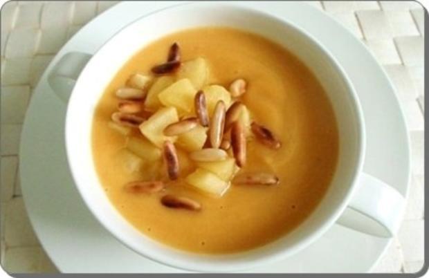 Butternut Kürbis Cremesuppe mit karamellisiertem Apfel, Pinienkernen und Gebäckstangen daz - Rezept - Bild Nr. 2