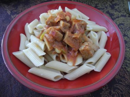 Seitan in Zwiebeln gebraten mit Tomatensoße an Dinkel-Penne - Rezept